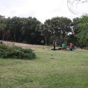 Grupo del sonorama ensayando en la zona ajardinada exterior